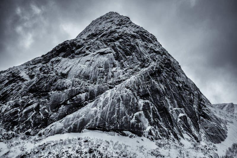 Las montañas nevadas épicas de las islas de Lofoten Reine, Noruega imagen de archivo libre de regalías