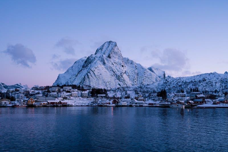 Las montañas nevadas épicas de las islas de Lofoten Reine, Noruega foto de archivo libre de regalías