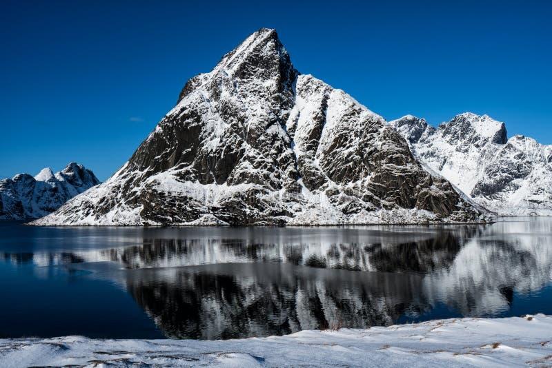 Las montañas nevadas épicas de las islas de Lofoten Reine, Noruega imagenes de archivo