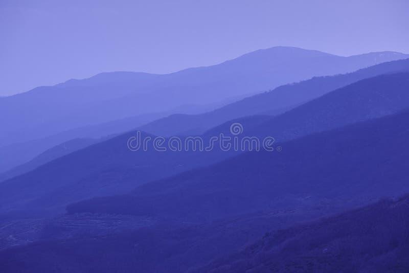 Las montañas siluetean en la oscuridad Valle de Jerte Paisaje de España imágenes de archivo libres de regalías