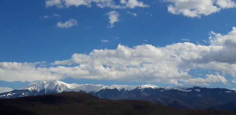 Las montañas tocan el cielo imagen de archivo