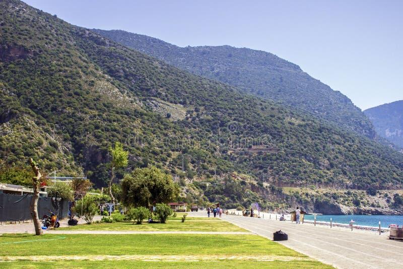 Las montañas turcas imponentes en frente de mar de Oludeniz foto de archivo libre de regalías