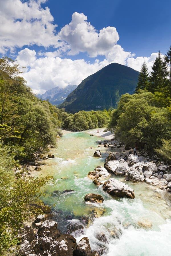 Las montan@as julianas en el río de Eslovenia - de Soca foto de archivo