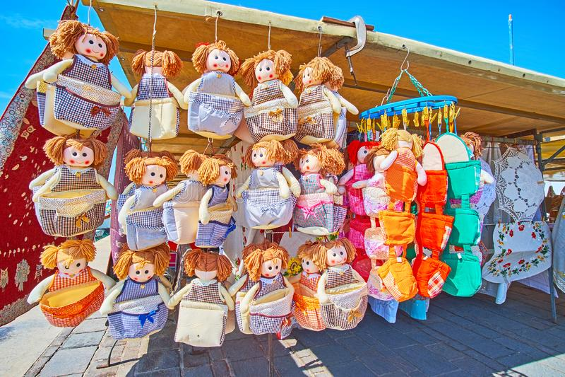 Las muñecas coloridas de la materia textil para la cocina, mercado de Marsaxlokk fotografía de archivo
