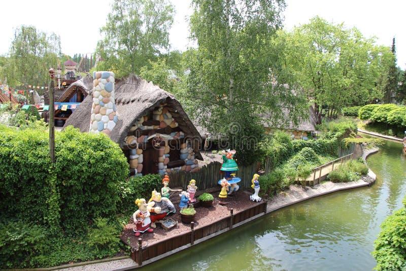 Las muñecas del pueblo de los gauls una visión desde la atracción de Les Espions de Cesar en el parque Asterix, Ile de France, Fr fotos de archivo