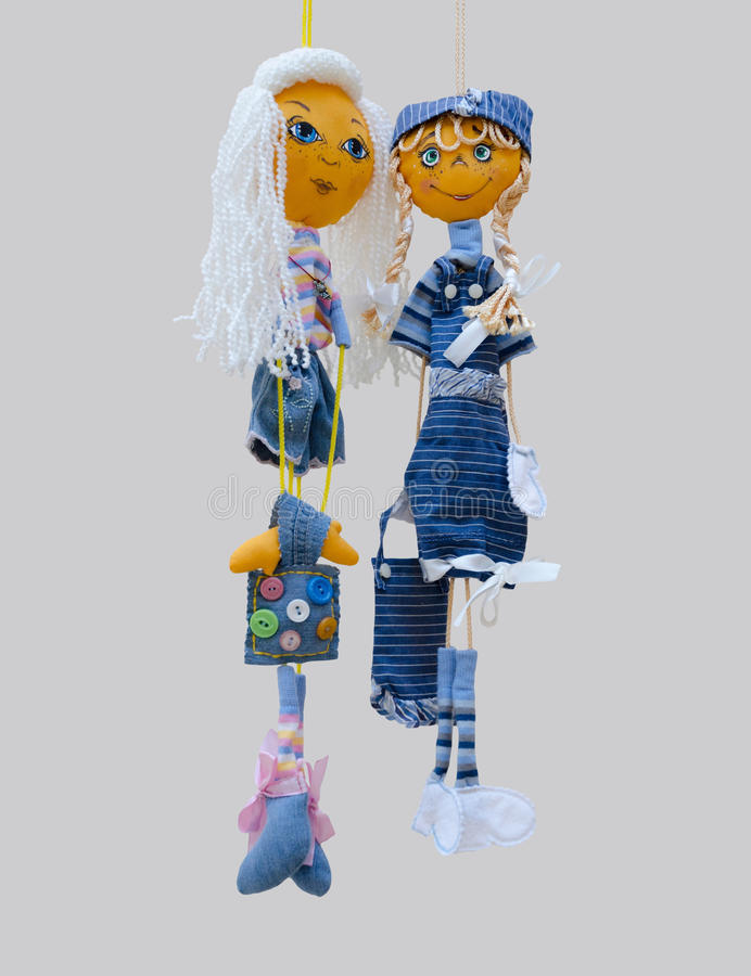 Las muñecas hechas a mano juegan a muchachas alegres finas aisladas en de moda imagenes de archivo