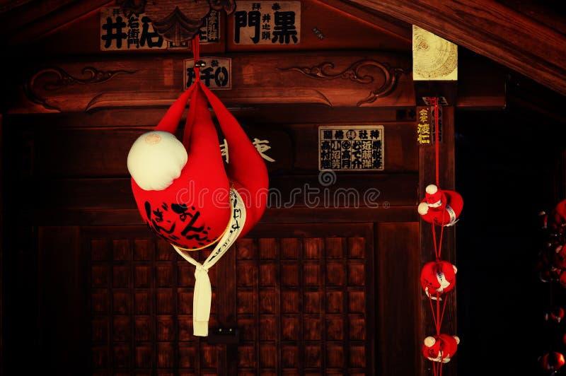 Las muñecas rojas en la capilla de Takayama, Japón fotografía de archivo libre de regalías