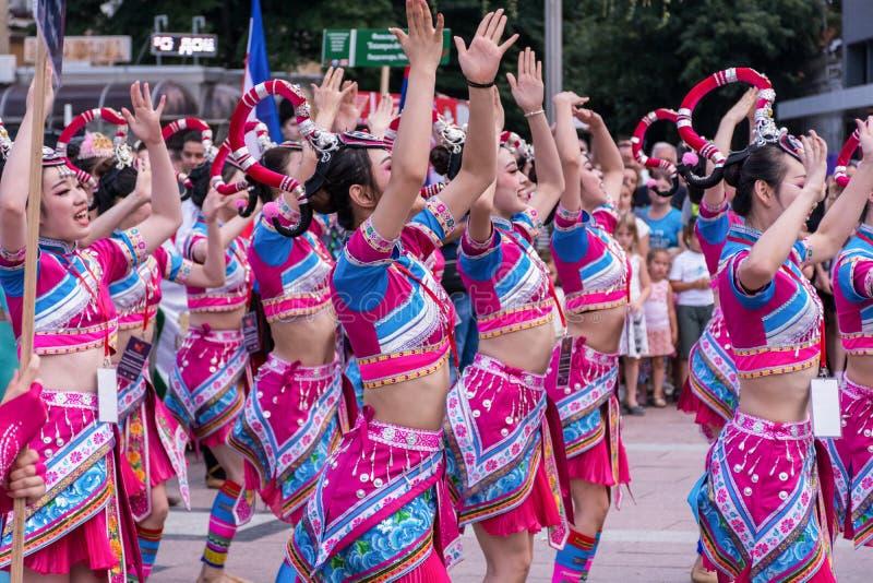 Las muchachas chinas bailan danza popular en trajes tradicionales en un festival fotografía de archivo libre de regalías