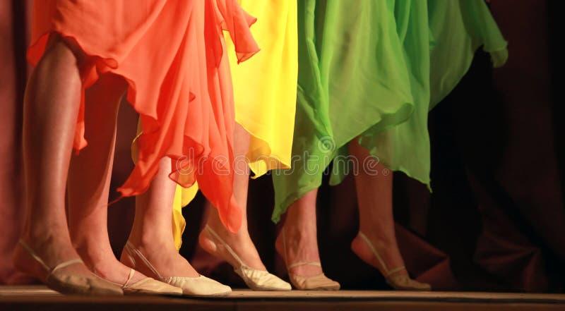 Las muchachas coloridas agitaron la falda fotografía de archivo libre de regalías