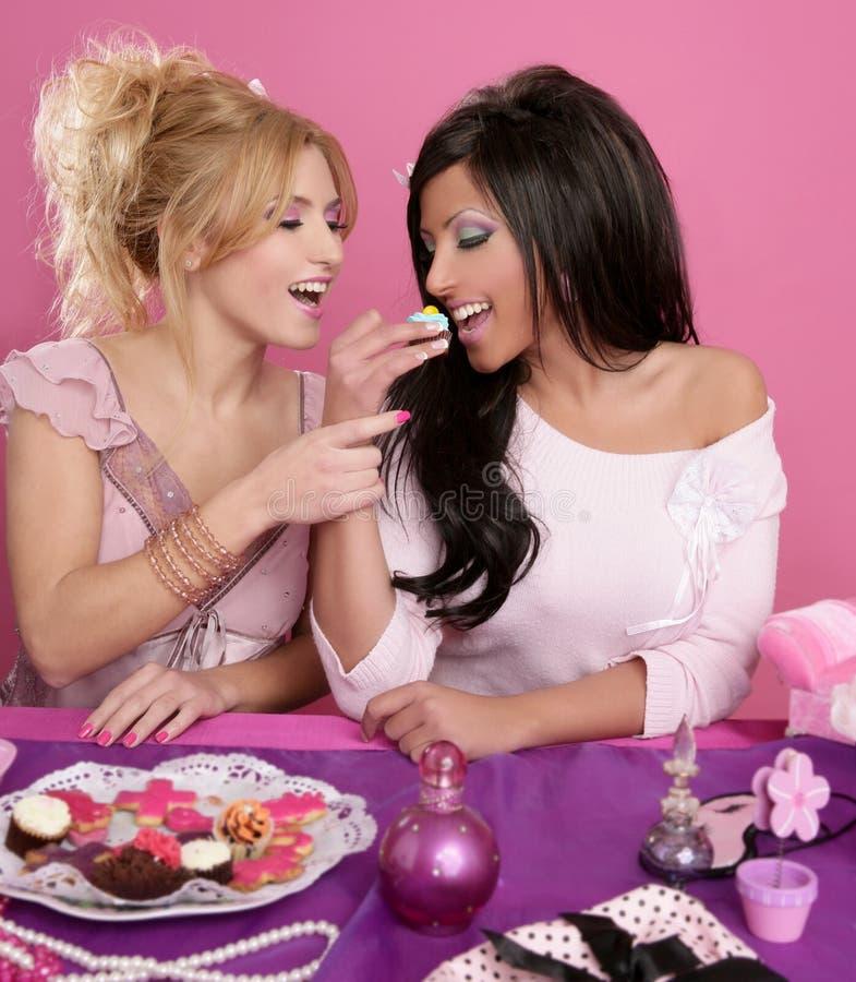 Las muchachas de la manera de Barbie que luchan para comen el dulce imagen de archivo libre de regalías