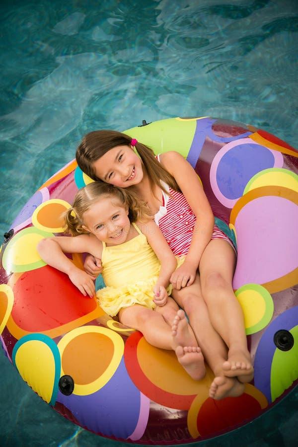 Las muchachas de los niños nadan el tubo interno foto de archivo libre de regalías
