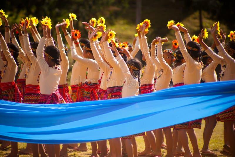 Las muchachas del Igorot que bailan en Baguio florecen festival fotografía de archivo