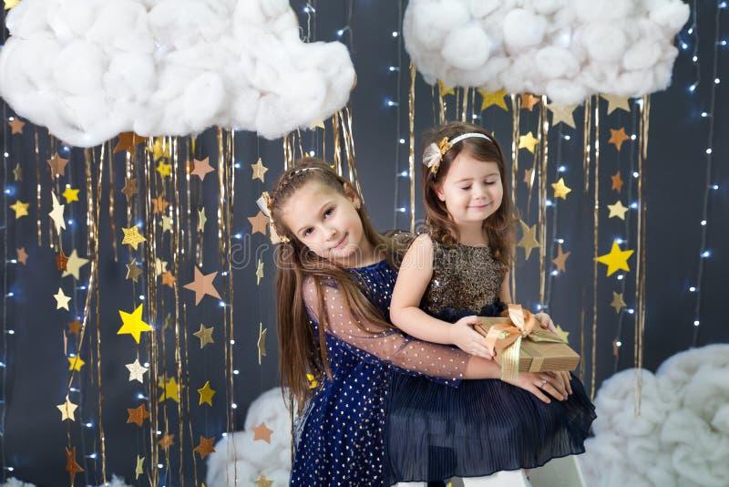 Las muchachas en un estudio con un oro protagonizan la decoración imagen de archivo libre de regalías