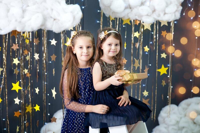 Las muchachas en un estudio con un oro protagonizan la decoración fotos de archivo libres de regalías