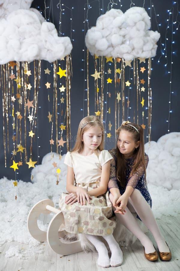 Las muchachas en un estudio con un oro protagonizan la decoración fotos de archivo