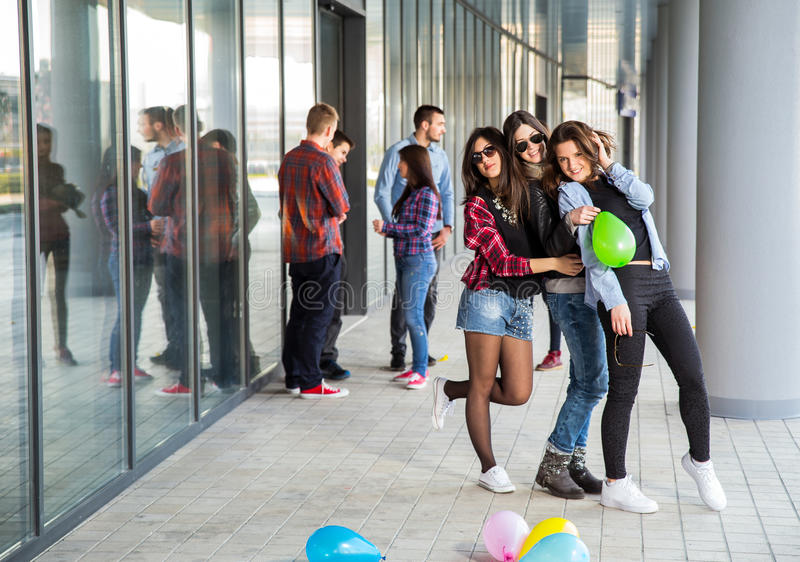 Las muchachas felices y los muchachos adolescentes que se divierten buen miden el tiempo al aire libre imágenes de archivo libres de regalías