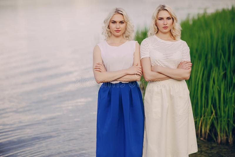 Las muchachas hermanan hacia fuera foto de archivo