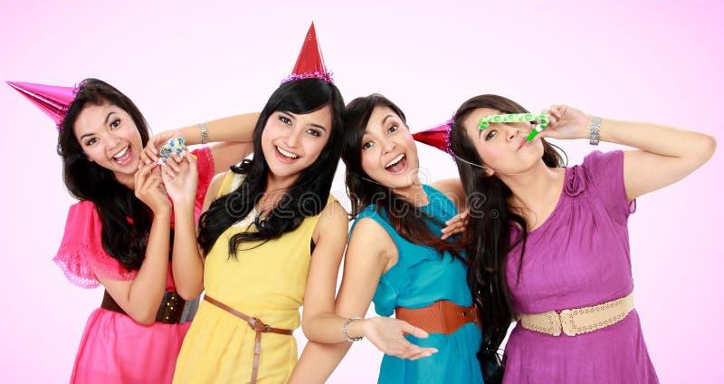 Las muchachas hermosas celebran cumpleaños fotografía de archivo libre de regalías