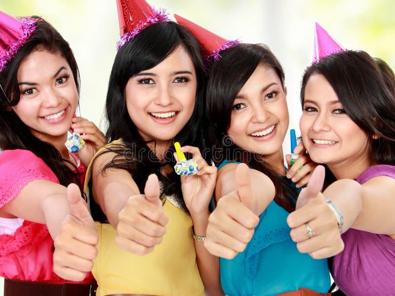 Las muchachas hermosas celebran cumpleaños fotos de archivo libres de regalías