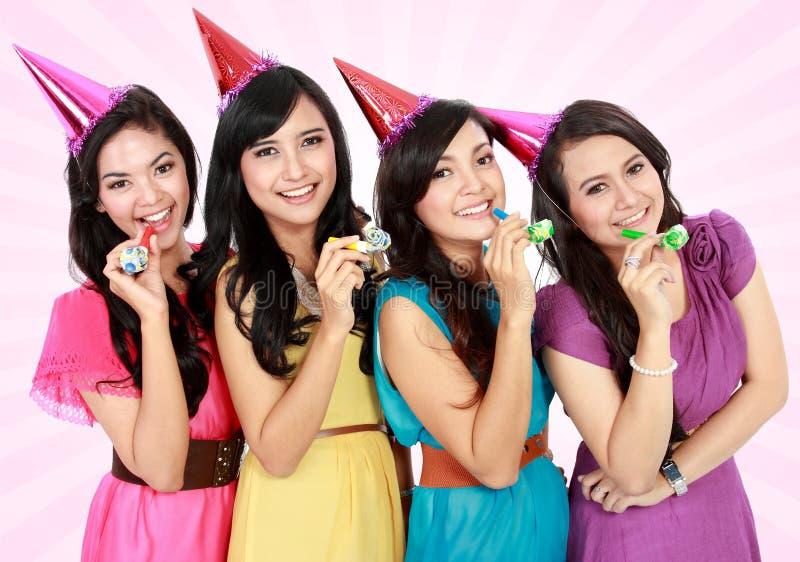 Las muchachas hermosas celebran cumpleaños fotografía de archivo