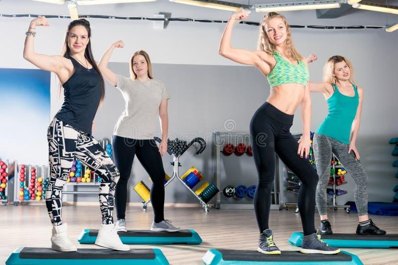 Las muchachas hermosas de los deportes en una clase de aeróbicos presentan imagenes de archivo