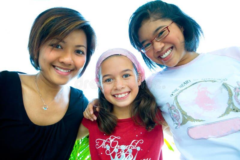 Las muchachas hermosas de una familia en grupo abrazan. fotografía de archivo libre de regalías