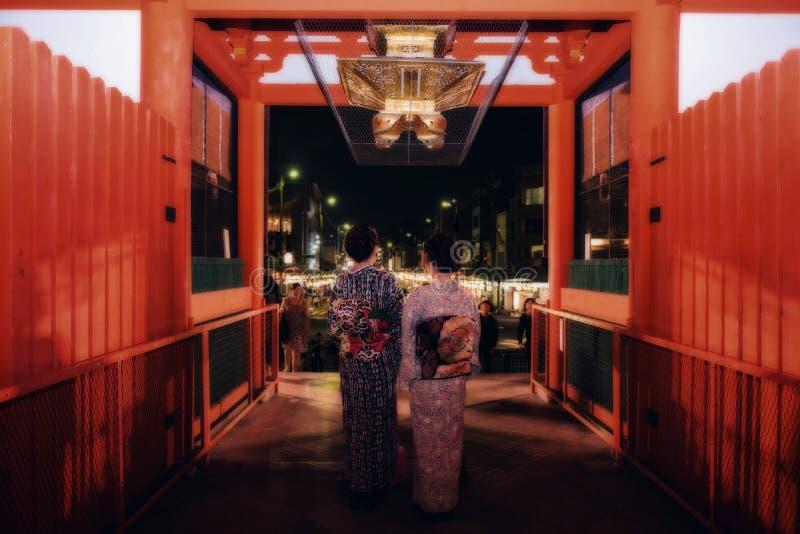 Las muchachas japonesas visitan la capilla de Yasaka, Kyoto fotos de archivo