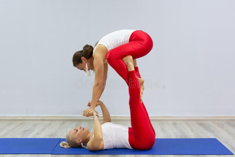 Las muchachas jovenes atractivas del deporte están haciendo la yoga junta entrenamiento del grupo Concepto sano de la forma de vi fotos de archivo libres de regalías
