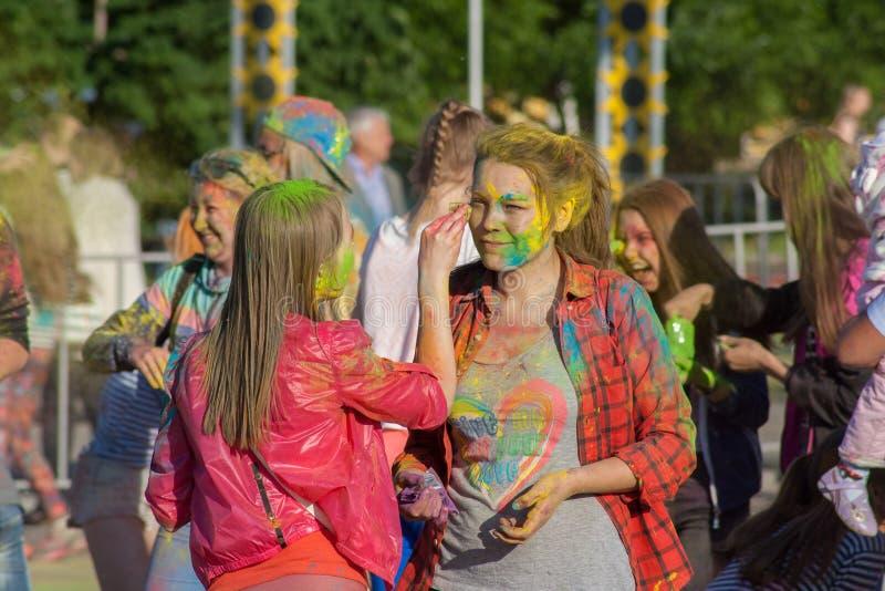 Las muchachas limpian su cara en el festival de la bahía de Holi de los colores en la ciudad de Cheboksari, república del Chuvash foto de archivo libre de regalías