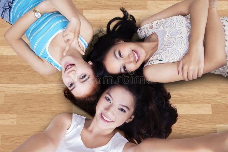 Las muchachas que se acuestan y toman la imagen del uno mismo foto de archivo libre de regalías