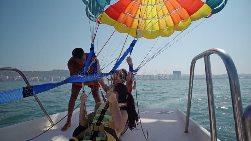 las muchachas son emocionadas antes sacan en la navegación de para con una cuerda tirada por un barco fotos de archivo