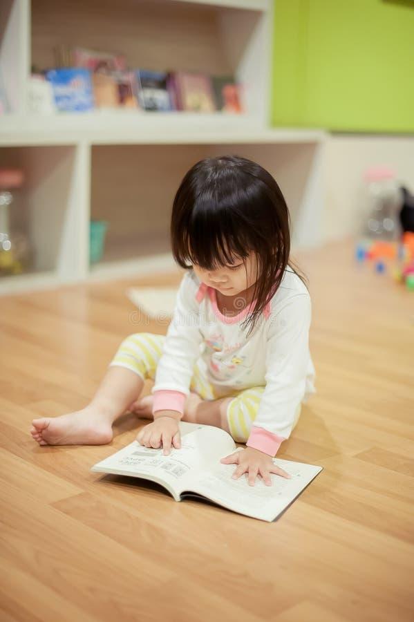 Las muchachas son libros de lectura fotografía de archivo