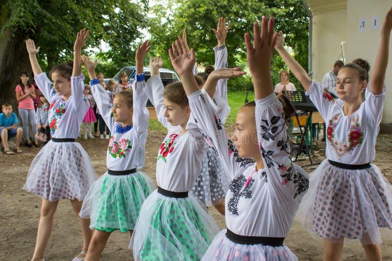 Las muchachas ucranianas bailan, 6 07 2018 Ucrania Mervichi, chicas jóvenes en danza popular de la danza del bordado imágenes de archivo libres de regalías