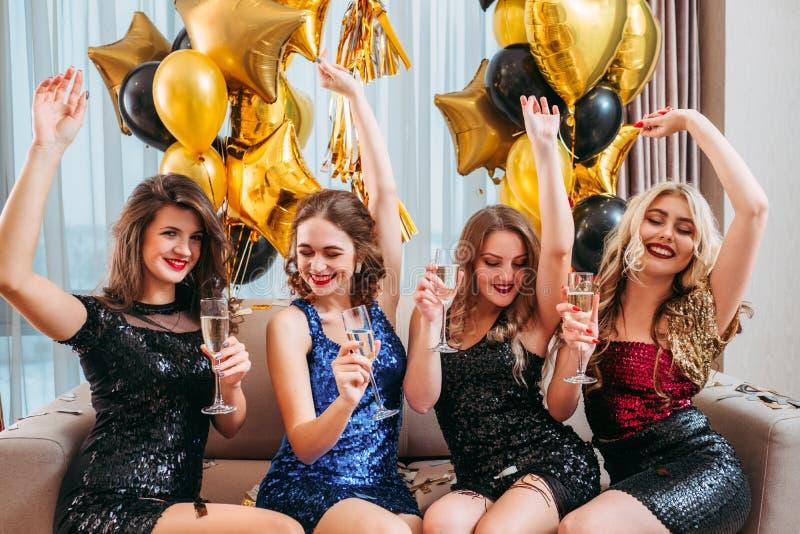 Las muchachas van de fiesta la lugar frecuentada que disfrutan del tiempo junto imágenes de archivo libres de regalías