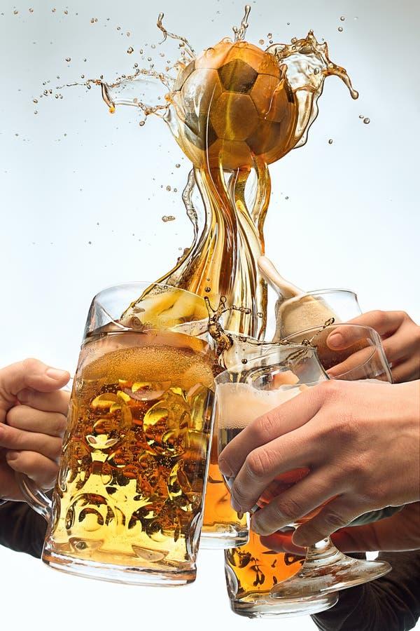 Las muchas manos del varón con las tazas de cerveza que tuestan en fondo del blanco del estudio Deporte, fan, barra, pub, celebra foto de archivo