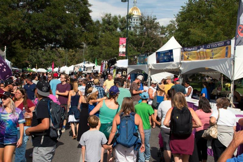 Las muchedumbres de gente asisten a un gusto de Colorado imagen de archivo libre de regalías