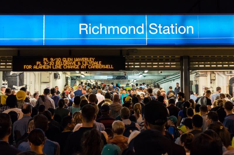 Las muchedumbres fuera de la estación de Richond después de un grillo del magnetocardiograma hacen juego imagen de archivo libre de regalías