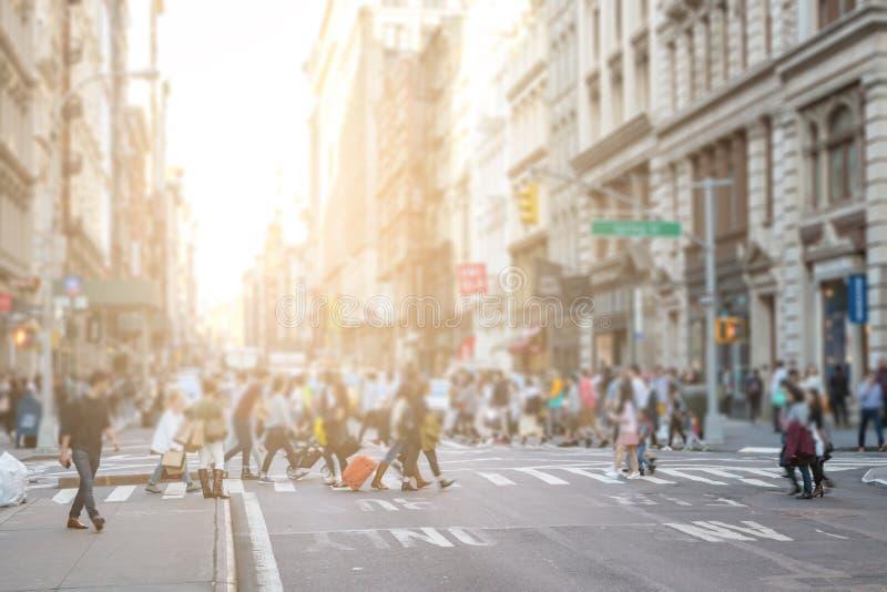 Las muchedumbres ocupadas de gente caminan a través de la intersección en SoHo New York City fotografía de archivo