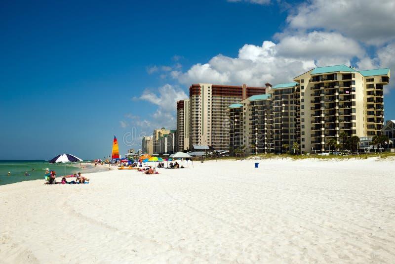 Las muchedumbres puntean la playa en la playa de ciudad de Panamá, FL imágenes de archivo libres de regalías