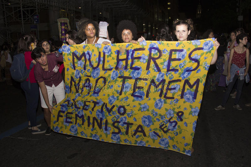 Las mujeres actúan contra violación múltiple en Río foto de archivo