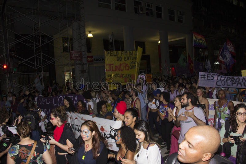 Las mujeres actúan contra violación múltiple en Río fotos de archivo