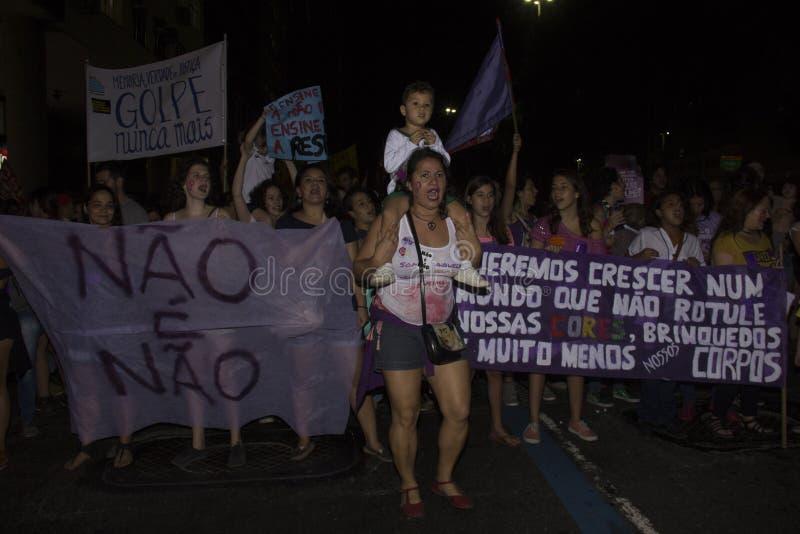 Las mujeres actúan contra violación múltiple en Río fotografía de archivo