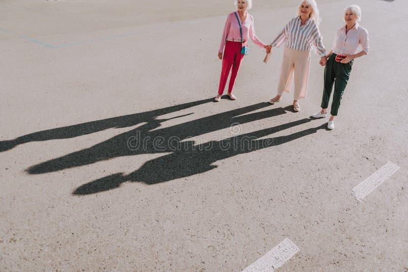 Las mujeres adultas están haciendo la foto creativa juntas fotos de archivo