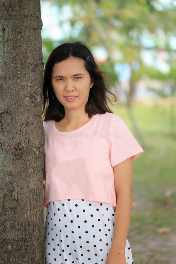 Las mujeres asiáticas están embarazadas por cerca de doce semanas imagen de archivo libre de regalías