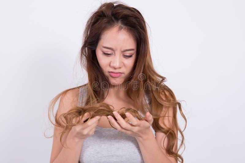 Las mujeres asiáticas están preocupadas de pérdida de pelo fotos de archivo libres de regalías