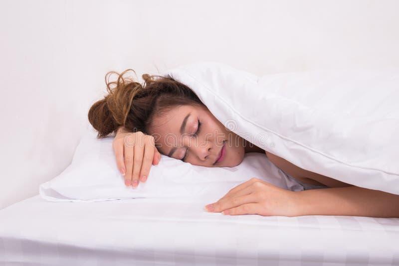Las mujeres asiáticas felices están durmiendo fotografía de archivo