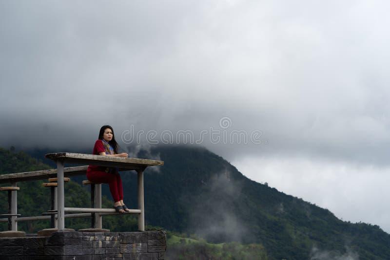 Las mujeres asiáticas felices se están sentando en naturaleza imagenes de archivo