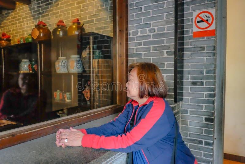 Las mujeres asiáticas mayores miran en Room modelo de la droguería retra china Wong Fei-colgaron Memorial Hall fotos de archivo libres de regalías