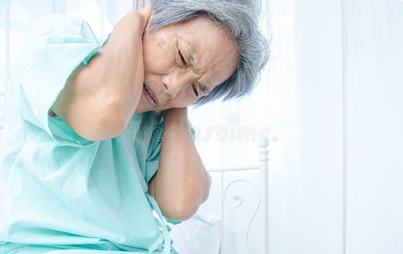 Las mujeres asiáticas no son cómodas con dolor fotografía de archivo libre de regalías
