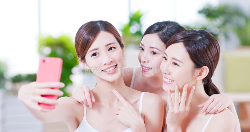 Las mujeres asiáticas toman el selfie feliz foto de archivo